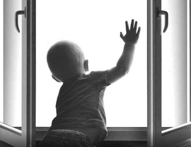 В Ставрополе попал на видео ребёнок, высунувшийся из окна 12 этажа