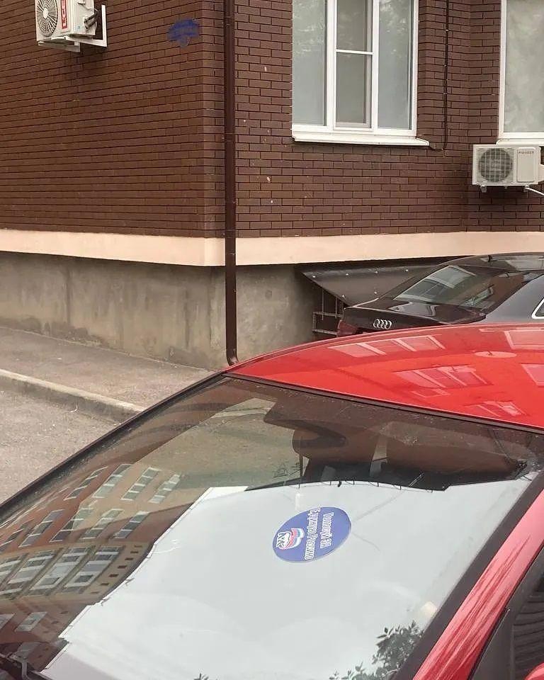 Автомобиль лидера единороссов георгиевского отделения заклеили несмываемыми наклейками