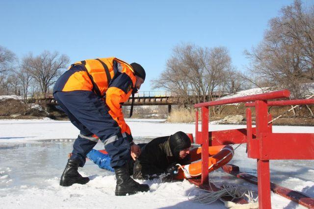Ставропольские спасатели вытащили из замёрзшего озера молодого мужчину