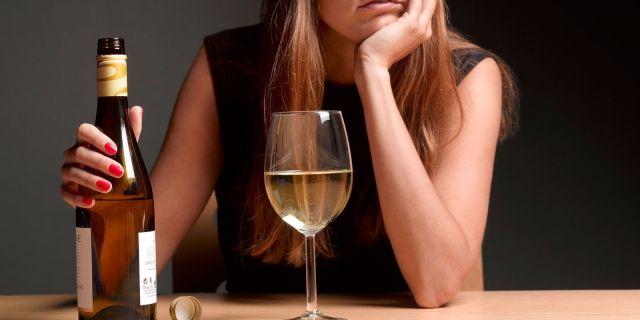 Специалист Минздрава рассказал, какое вино можно пить в жару