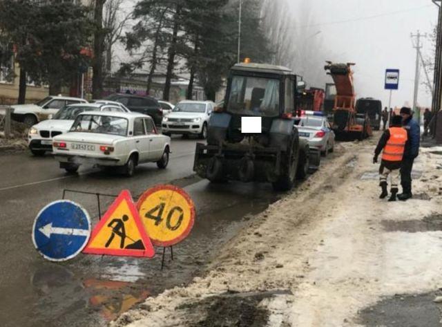 В Ставрополе водитель легковушки врезался в снегоуборочную технику