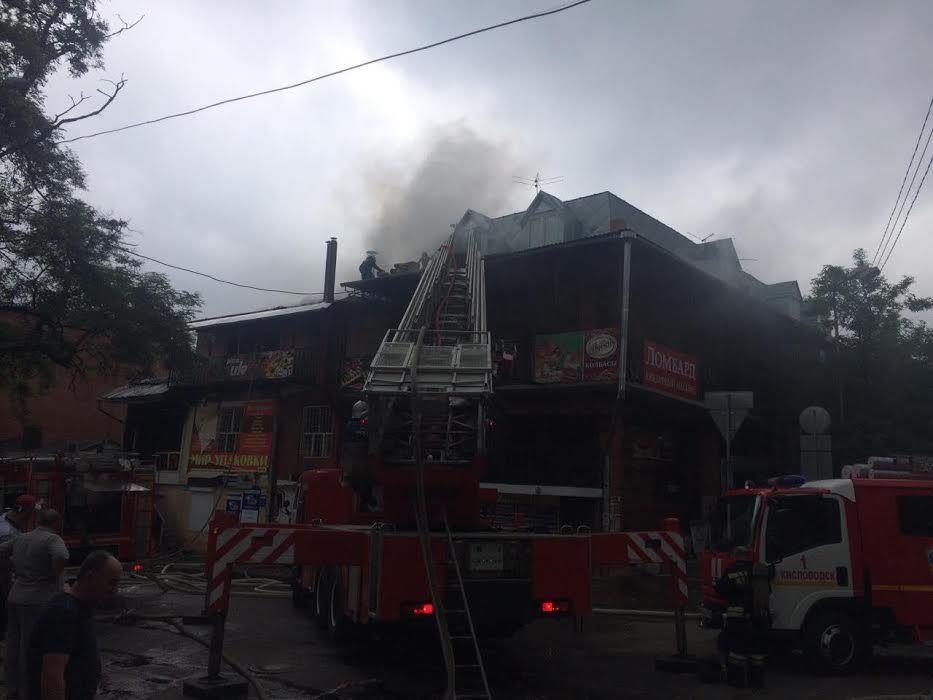 ВКисловодске эвакуировали людей изгоревшего торгово-жилого комплекса