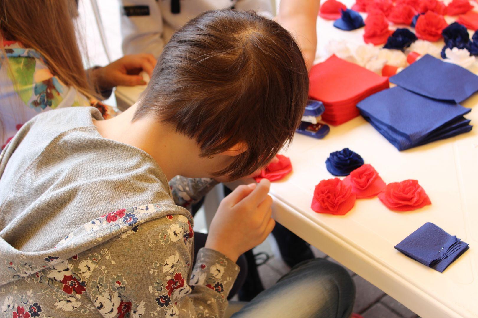 На Ставрополье дети с ограниченными возможностями здоровья изготовили макет флага России