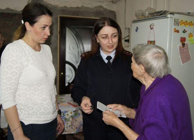 В Ставропольском крае сотрудники полиции вручили вид на жительство 89-летней гражданке