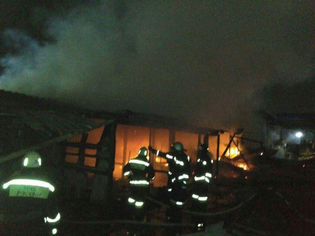 Крупный пожар произошёл в районе одного из ставропольских рынков