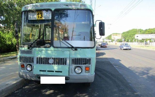 В Ставрополе при экстренном торможении в автобусе упала пожилая женщина