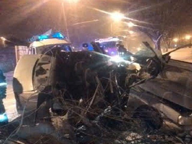 На проспекте Карла Маркса в Ставрополе иномарка врезалась в дерево: водитель погиб