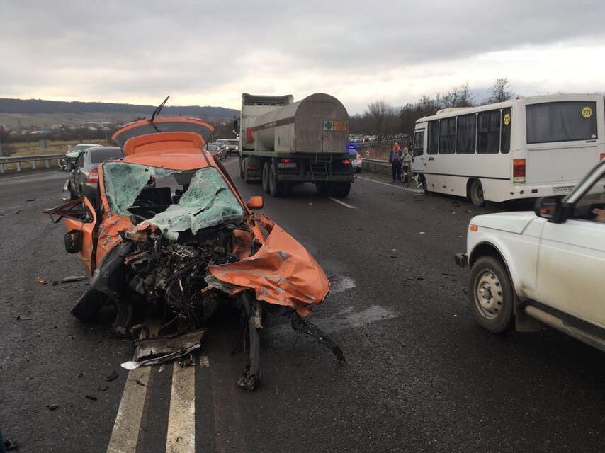 На Ставрополье столкнулись три автомобиля и автобус