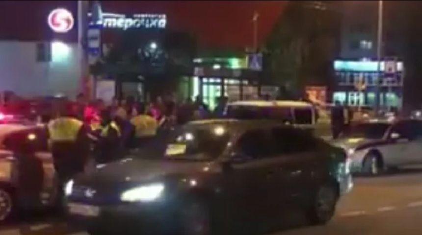 Пьяные дебоширы повредили автомобиль автоинспекторов в Ставрополе