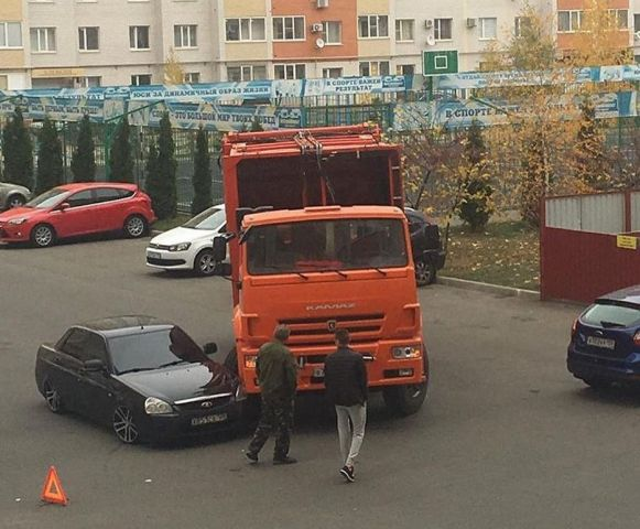 В Ставрополе мусоровоз протаранил «Приору»