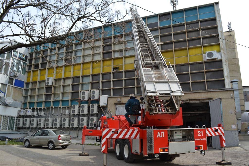 В Невинномысске в Центральном универсальном магазине пожарные отработали тактическое занятие