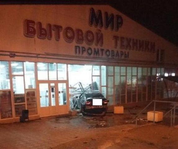 На Ставрополье нашли водителя, въехавшего в магазин и сбежавшего с места ДТП