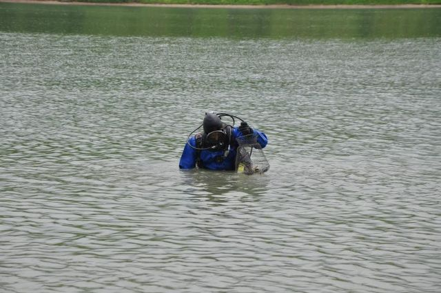 Водолазы достали со дна ессентукского озера 4 ведра стёкол и банок
