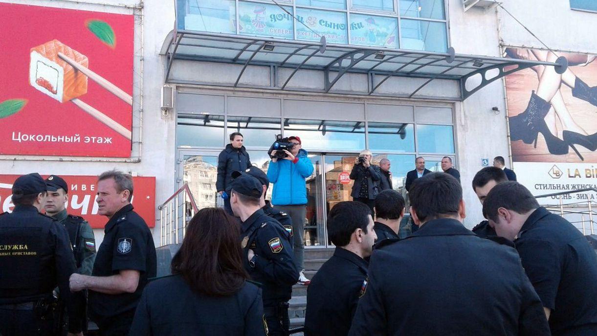 В эти минуты судебные приставы Ставрополья пытаются закрыть ТРЦ «Космос» и ТЦ «Москва»