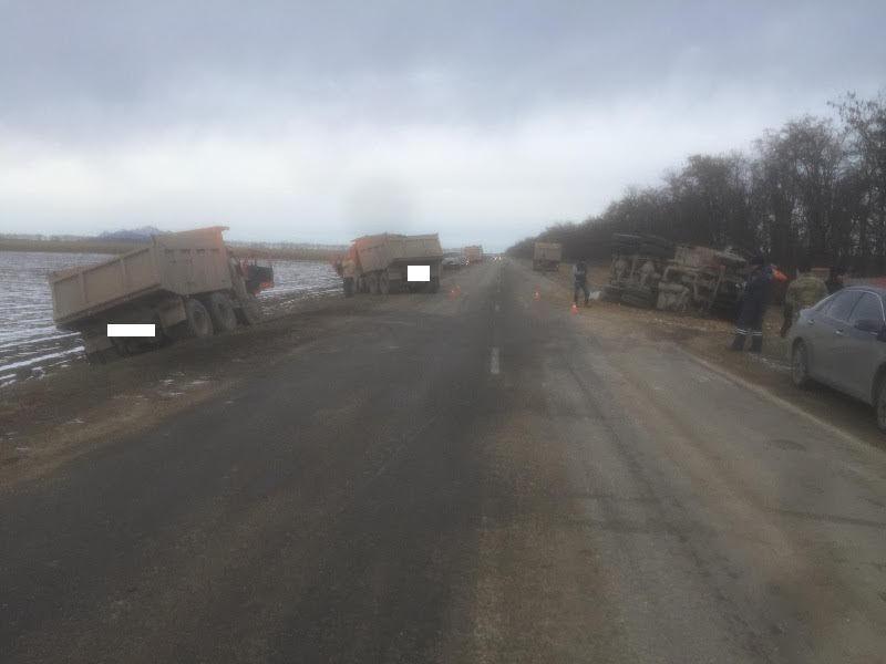 Новопавловск: Три КамАЗа столкнулись натрассе Пятигорск