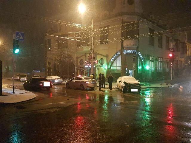 В центре Ставрополя столкнулись две легковушки, пострадали два человека