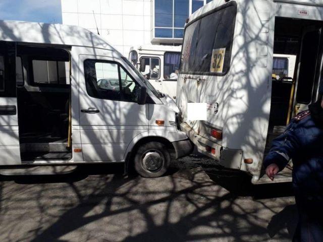 Тройное ДТП спровоцировал водитель маршрутки в Ставрополе, пострадала 80-летняя женщина