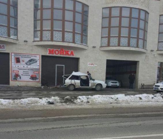 В Ставропольском крае девушка-водитель въехала в здание автотехцентра