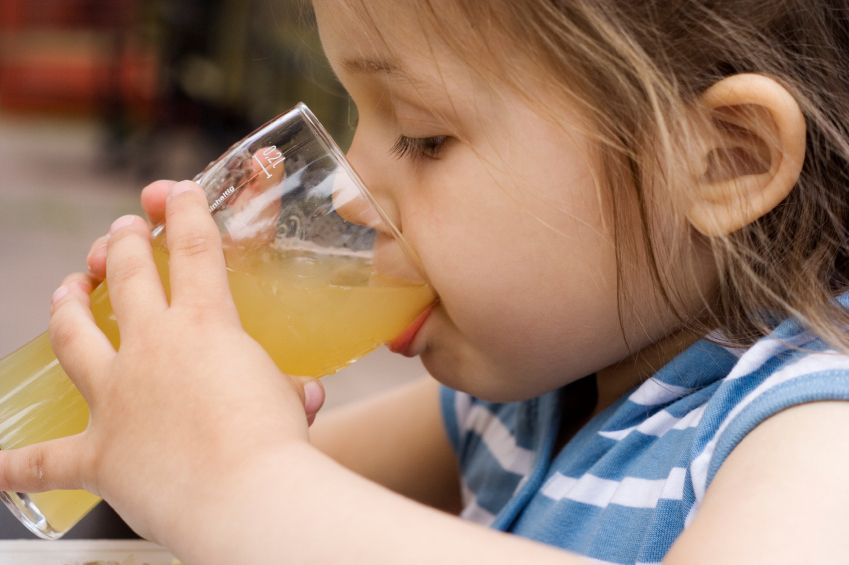 Роспотребнадзор ограничил продажу партии сока после ожога 4-летней девочки