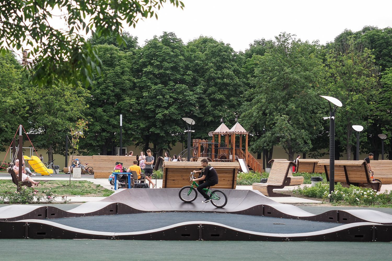В Георгиевске устанавливают фонтан, меняют покрытие пешеходных зон, бордюры и озеленяют территорию