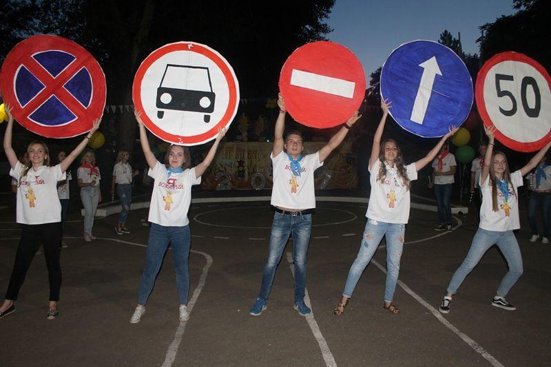 Танцевальный флешмоб по ПДД провели ставропольские школьники на закрытии профильной смены
