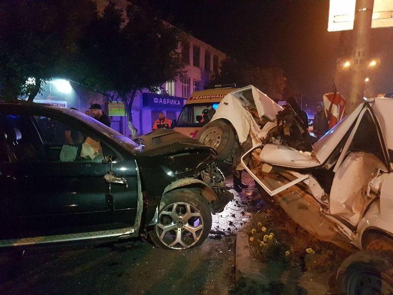 Появились шокирующие кадры сместа ДТП вПятигорске, где БМВ  протаранил «ВАЗ»