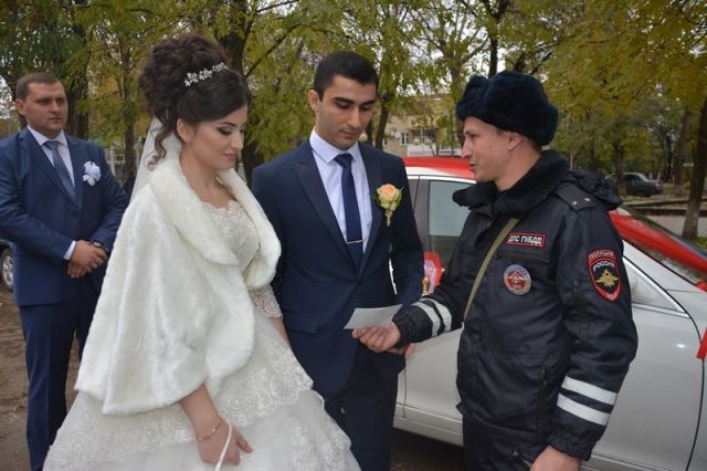 На Ставрополье сотрудники Госавтоинспекции принялись за просвещение молодожёнов