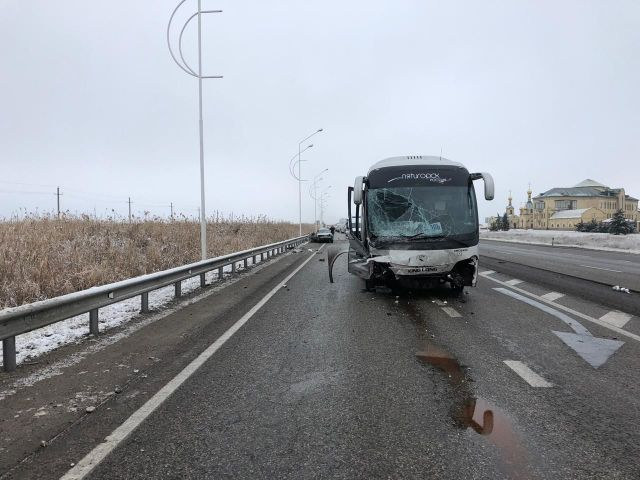 В Ставропольском крае столкнулись автобус и легковой автомобиль