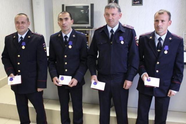Ставропольским полицейским, давшим отпор террористам при нападении на здание РОВД, вручили медали