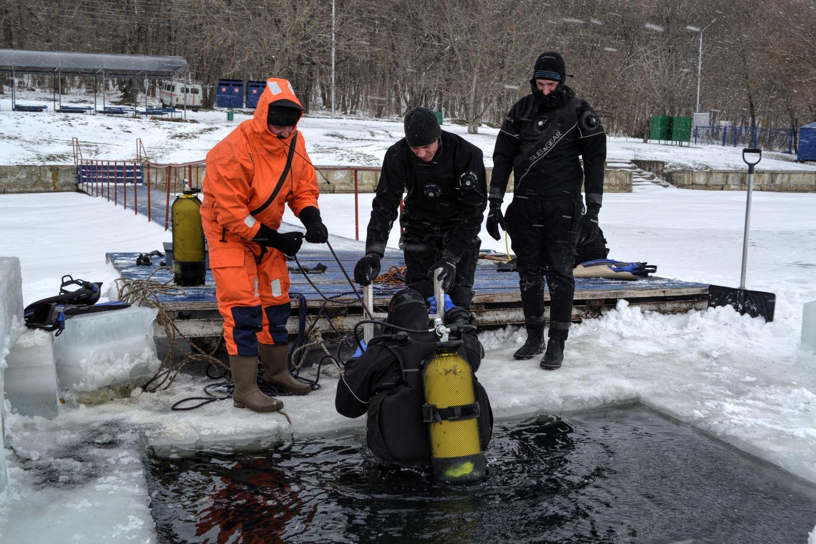 Водолазы Ставрополя в10-градусный мороз спустились надно Комсомольского озера