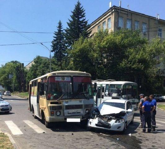 В Ставрополе при столкновении автобуса с легковушкой пострадали беременная девушка и пенсионерка