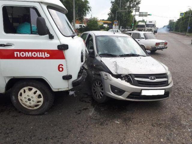 На Ставрополье водитель легковушки столкнулся с автомобилем скорой помощи