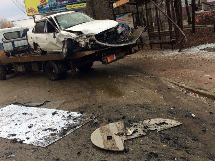 ВСтаврополе шофёр снес автобусную остановку