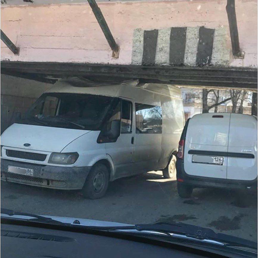 В Пятигорске под мостом снова застрял микроавтобус