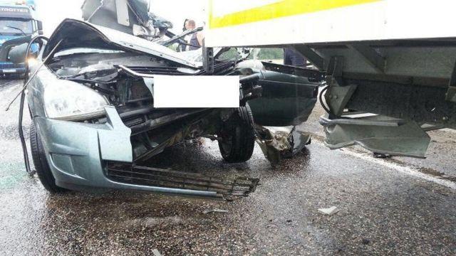 На Ставрополье легковушка столкнулась с грузовиком, есть погибший