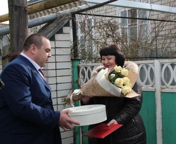 В Невинномысске вручили коляску упавшему в канал инвалиду и поблагодарили маму спасшего его военнослужащего
