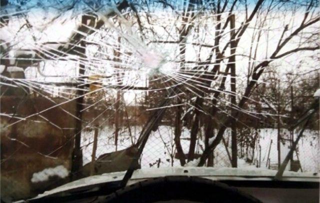 Жительница Ставрополья метнула топор в автомобиль знакомой