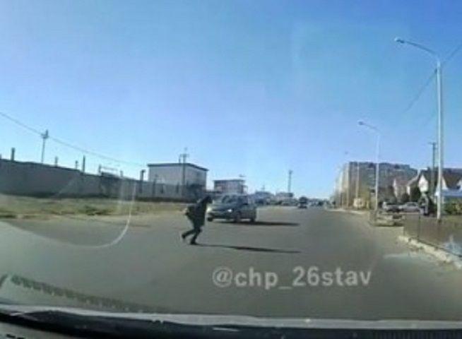 В Ставрополе школьник попал на видео, перебегая дорогу в неположенном месте