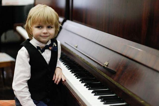 Шестилетний виртуоз Елисей Мысин пришёл в Думу Ставрополя, чтобы поблагодарить за поддержку