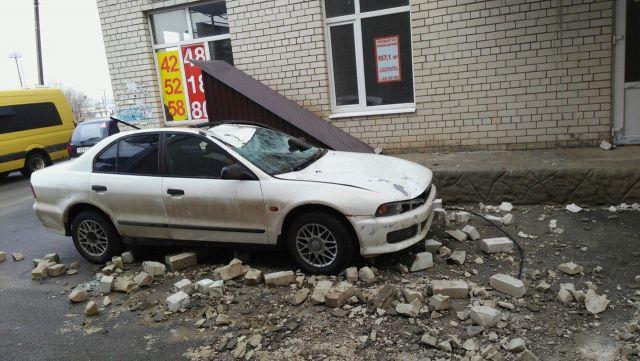 В Ставрополе на автомобиль с верхних этажей дома упала груда кирпичей