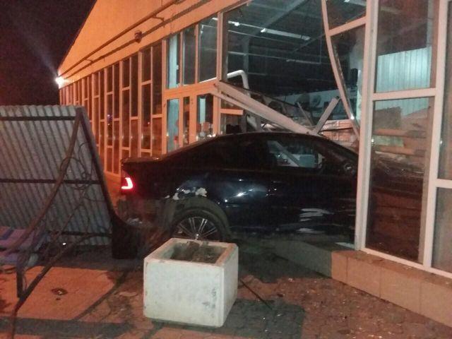 В Ставропольском крае иномарка въехала в магазин