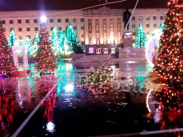 Ёлка на площади Ленина в Ставрополе рухнула под напором ветра
