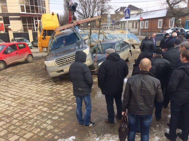 В Ставрополе эвакуатор уронил внедорожник на иномарку