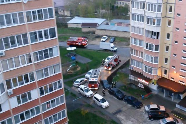 В Ставрополе пожарные вручную растаскивали припаркованные машины, чтобы проехать к месту вызова