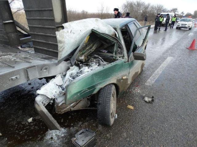 На Ставрополье водитель погиб после столкновения авто со стоящим грузовиком