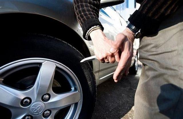 В Минводах задержан хулиган, проколовший шины 12-ти автолюбителям