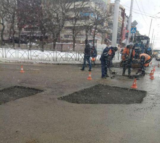В Ставрополе дорожники кладут асфальт в снег и мороз