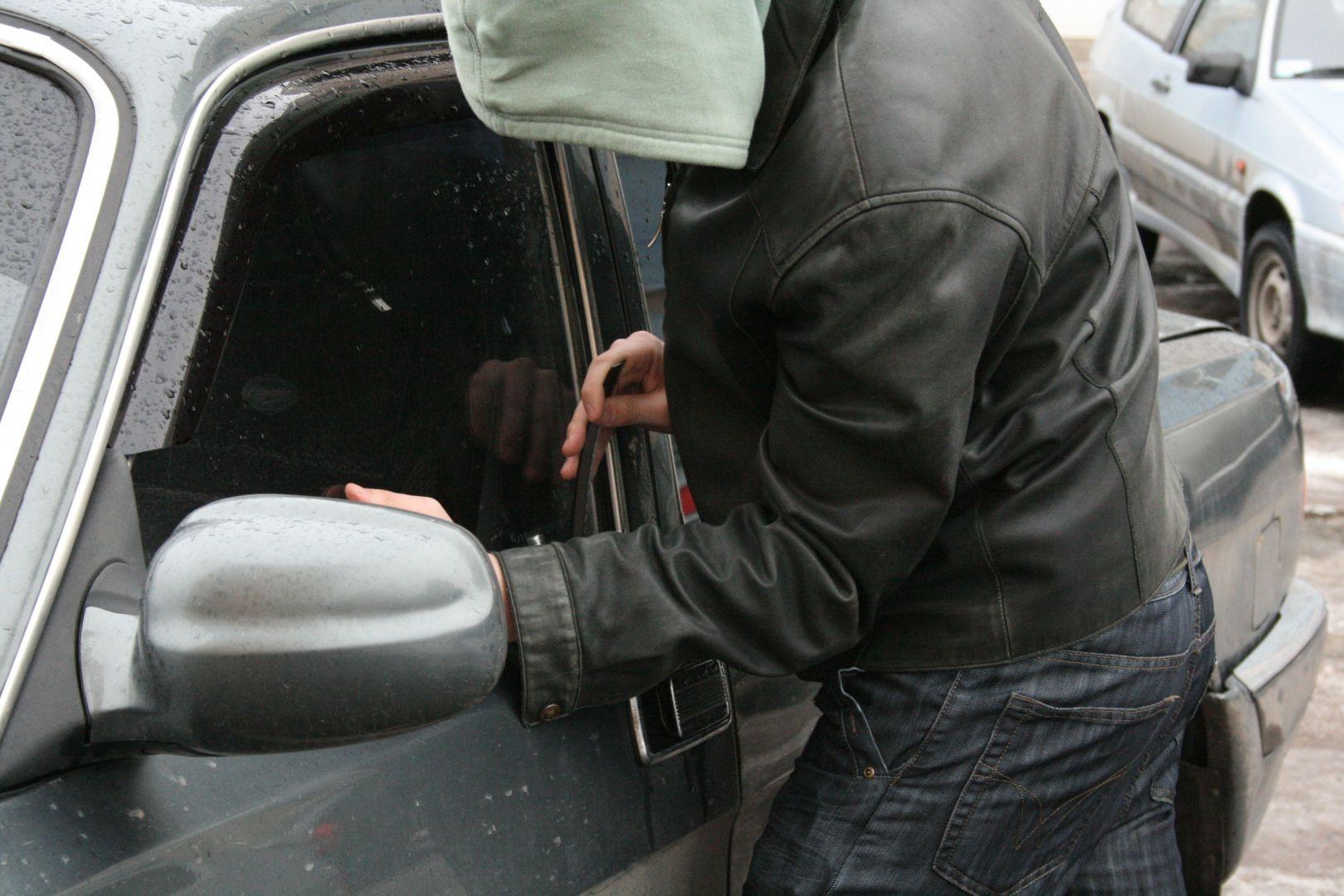 На Ставрополье парень с девушкой угнали автомобиль и обокрали дом женщины