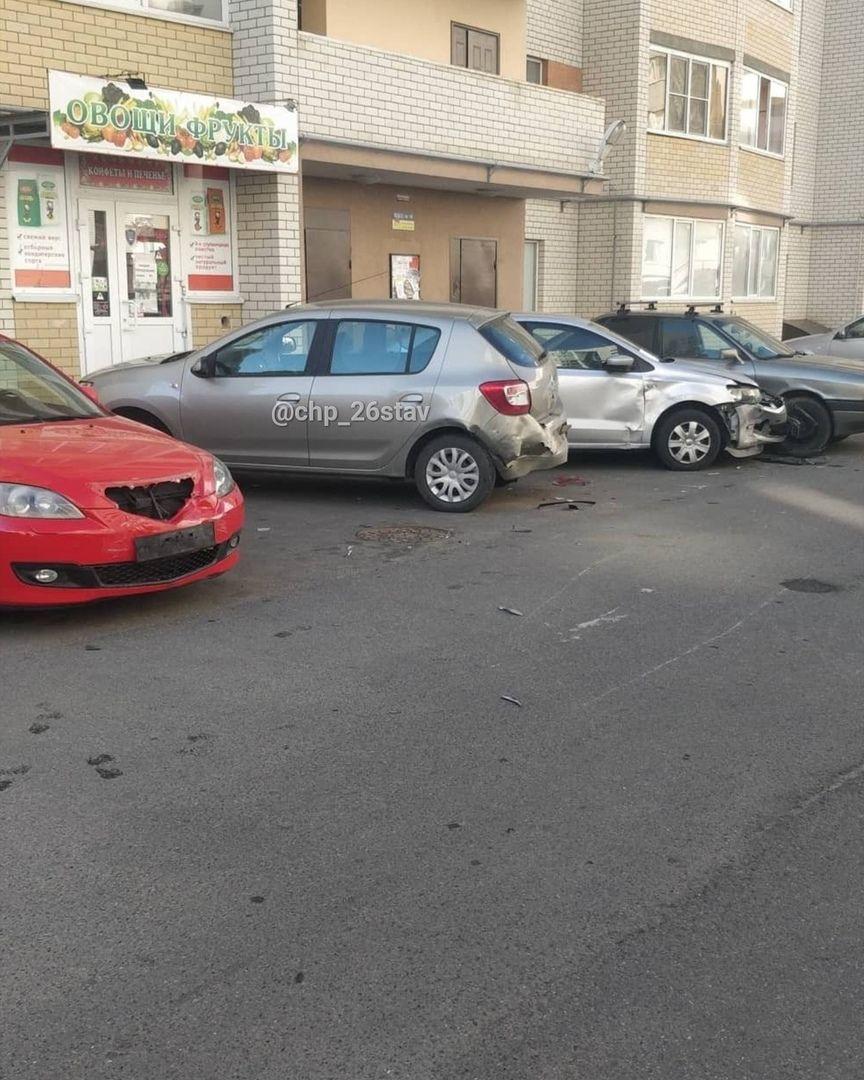 Ночью в Ставрополе неизвестный протаранил четыре легковушки и скрылся