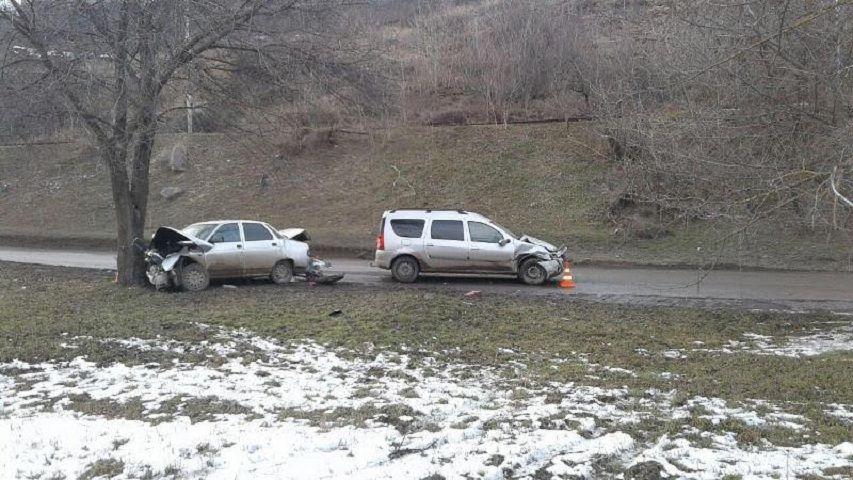ВПятигорске шофёр въехал вкаменное ограждение, пострадали двое